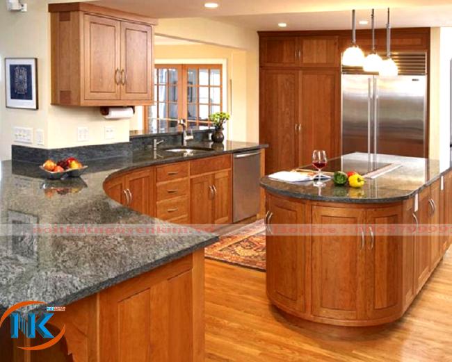 Thiết kế tủ bếp xoan đào với phần bàn đảo là trung tâm của căn bếp, là nơi trang trí rất tuyệt