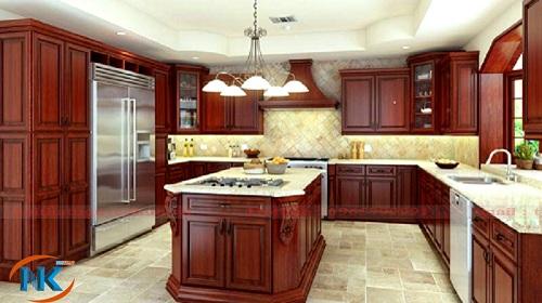 Mẫu tủ bếp gỗ xoan đào với bàn đảo thông minh thiết kế theo phong cách cổ điển