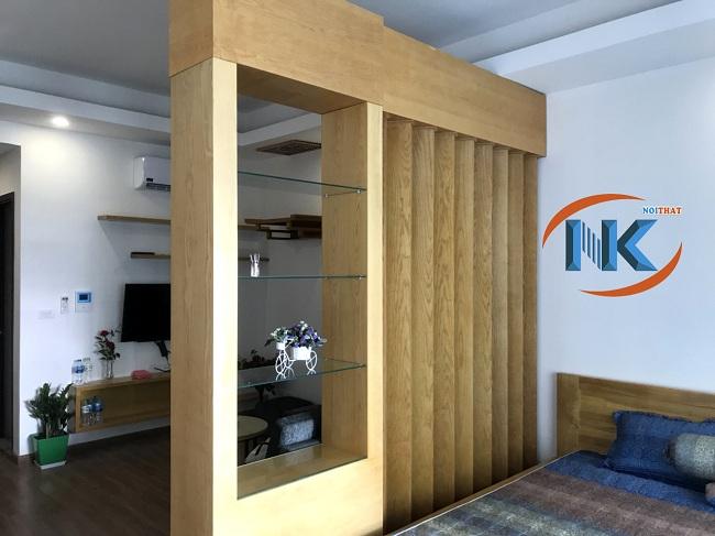 Phòng ngủ ngăn cách với phòng khách bằng vách ngăn trang trí