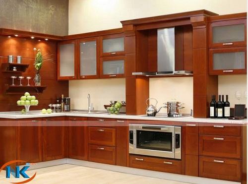 Tủ bếp gỗ xoan đào chữ L theo phong cách hiện đại với đường nét khỏe khoắn, màu cánh gián đậm
