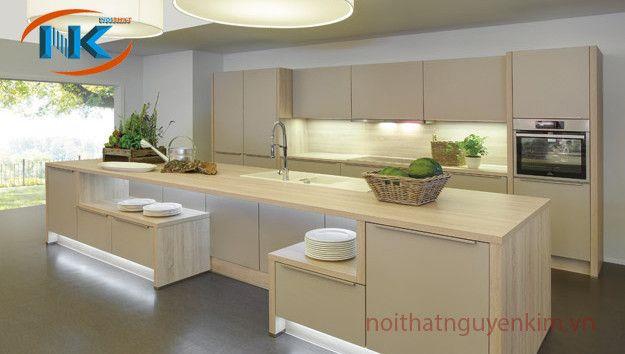 Cách bố trí, xắp xếp các khu vực bếp gọn gàng với phần bàn đảo đẹp mắt, hiện đại