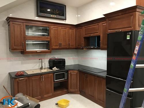 Tủ bếp xoan đào chữ L được thiết kế, thi công bởi đơn vị Nguyễn Kim