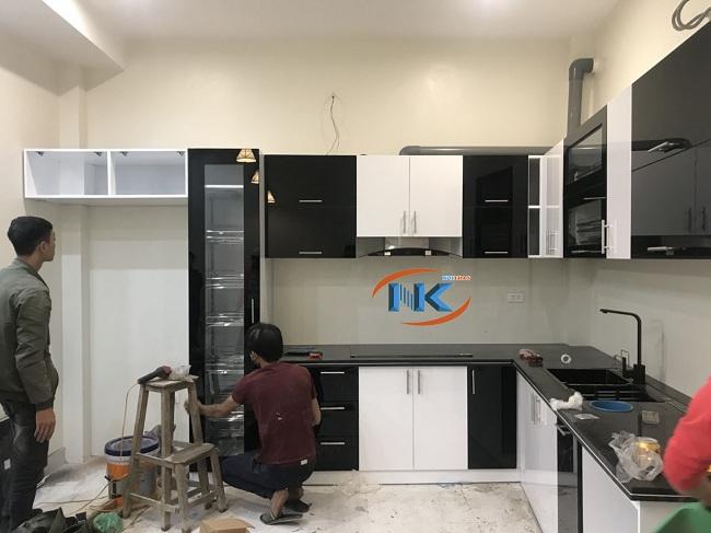 Quá trình thi công tủ bếp gần hoàn thiện chỉ thiếu tủ lạnh chưa đặt vào khoang chứa