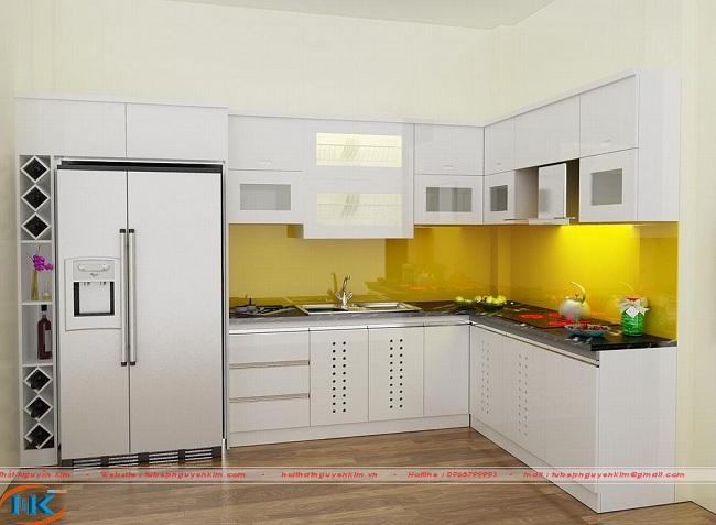 Với thiết kế tủ bếp acrylic chữ L này bạn hoàn toàn bị cuốn hút bởi màu vàng chanh nổi bật của kính ốp bếp . Điểm nhấn nữa nằm ở ngay kệ trang trí xinh xắn bên cạnh tủ lạnh