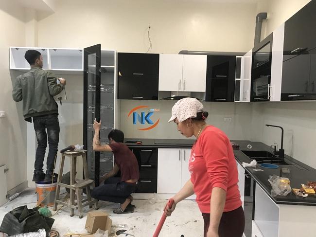 Cô Hà quét dọn căn bếp sau quá trình thi công , lắp đặt tủ bếp