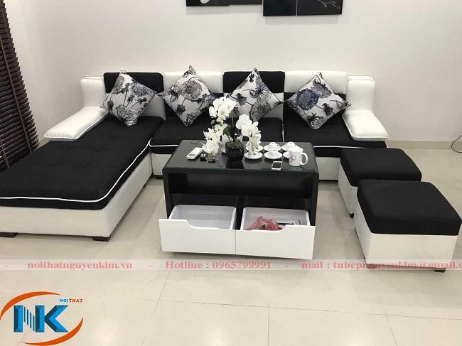 Bộ soffa là một điểm nhấn độc đáo cho thiết kế phòng khách tối giản về màu sắc