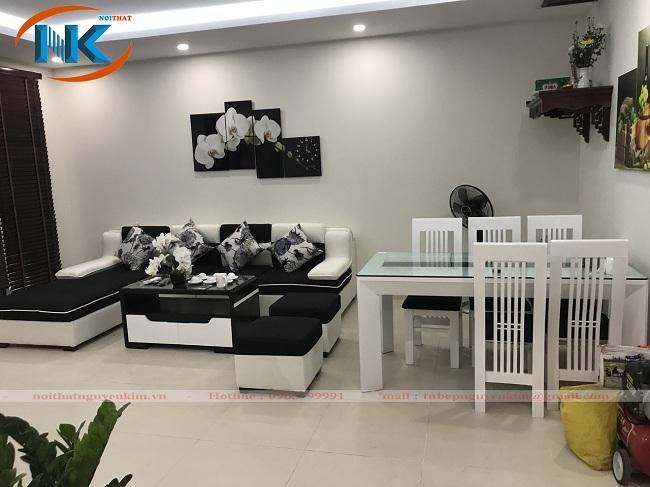 Toàn cảnh phòng khách đơn giản với tông màu trắng và đen lôi cuốn, sang trọng