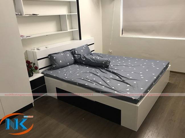 Phòng ngủ nhà anh Đại sử dụng tông màu đen trắng với chất liệu gỗ công nghiệp