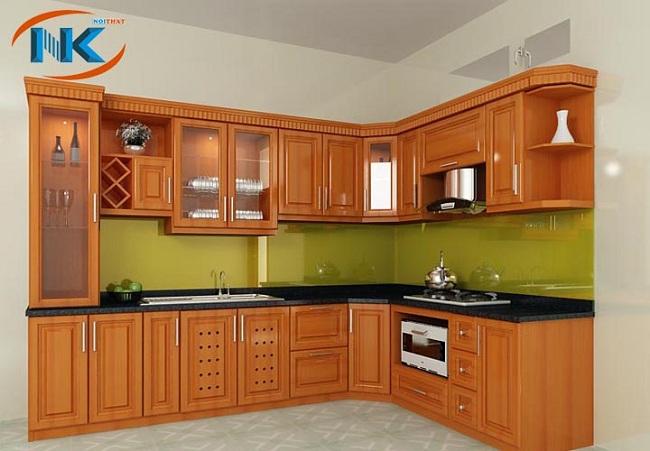 Mẫu tủ bếp gỗ xoan đào tây bắc chữ L do Nội thất Nguyễn Kim thiết kế