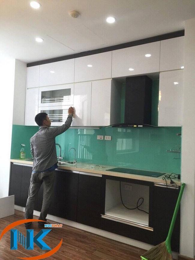 Tủ bếp acrylic chữ I kịch trần với tủ bếp trên chất liệu gỗ acrylic. Phần tủ dưới gỗ công nghiệp laminate