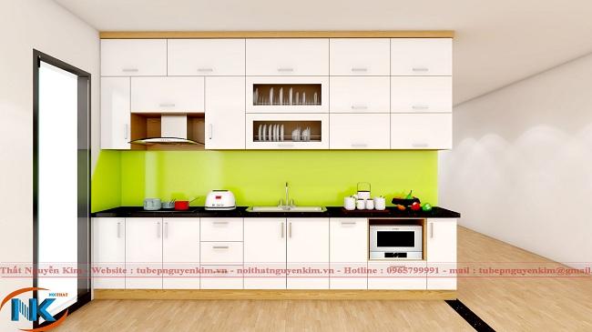Một mẫu tủ bếp gỗ acrylic màu trắng bóng gương với điểm nhấn là kính ốp bếp màu vàng chanh cuốn hút