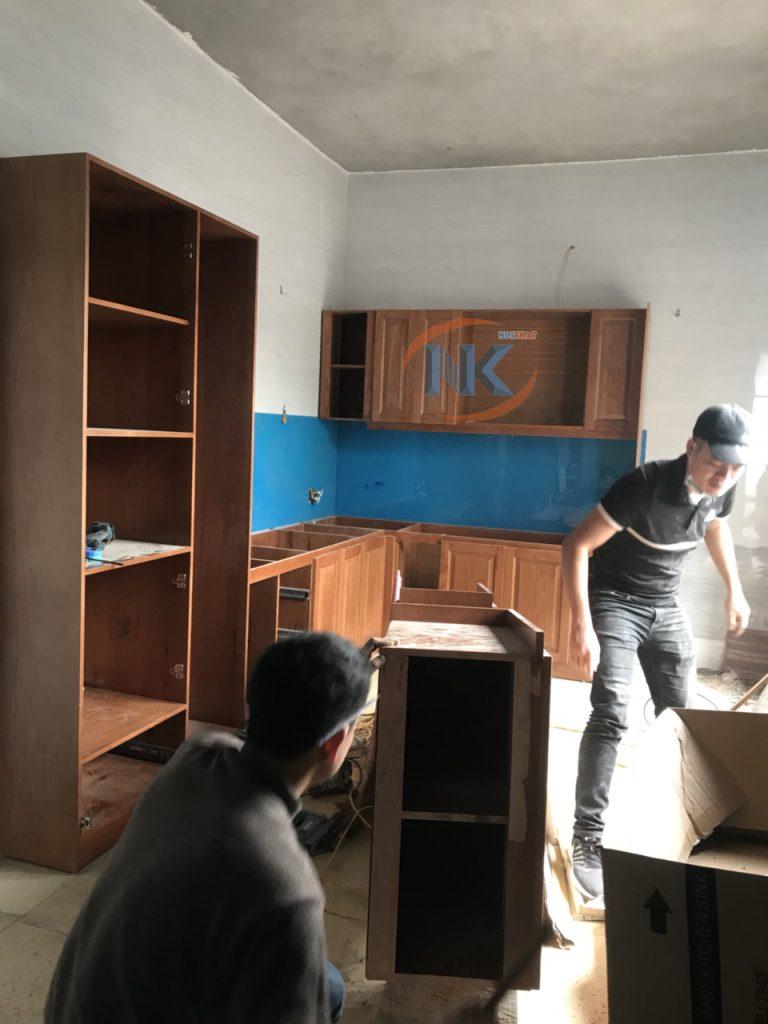 Đội ngũ kỹ thuật đang tiến hành thi công tủ bếp nhà anh Sơn