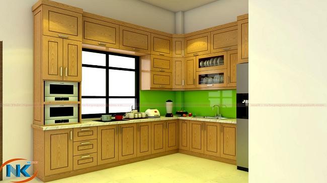 Mẫu tủ bếp sồi nga chữ L có khoang chứa tủ lạnh . Phòng bếp rộng hơn, thoáng hơn với màu vàng đặc trưng của gỗ sồi