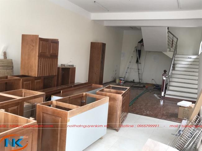 Bộ tủ bếp vừa được di chuyển vào khu vực bếp để lắp đặt