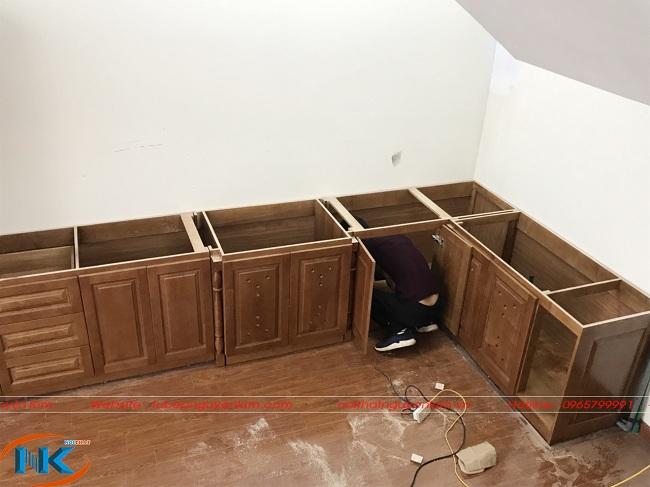 Phần tủ bếp dưới sồi nga đã được lắp đặt đầu tiên vào đúng vị trí căn bếp. Kích thước thiết kế chuẩn với diện tích nhà anh Kiên.