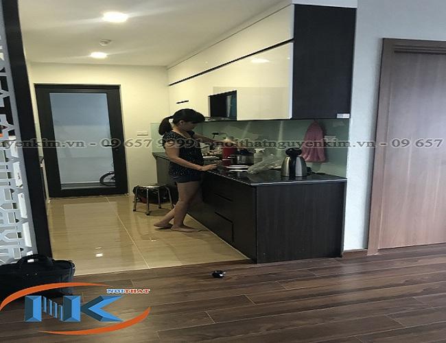 Tủ bếp acrylic chữ I thẳng tiết kiệm diện tích bếp nhà chị Hải chung cư Centrer Pont, Nam Từ Liêm