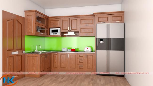 Mẫu tủ bếp gỗ xoan đào chữ L nổi bật với màu xanh lá cây của kính ốp bếp