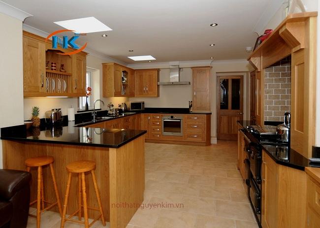 Mẫu tủ bếp gỗ sồi nga chữ U có quầy bar hiện địa tiện nghi là lựa chọn số một cho không gian rộng rãi.