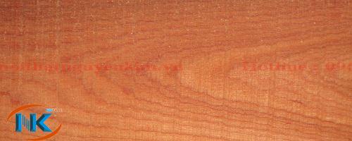 Một tấm gỗ xoan đào tự nhiên đóng tủ bếp tại xưởng sản xuất của Nội thất Nguyễn Kim