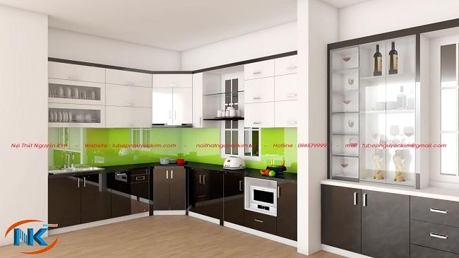 Mẫu tủ bếp chữ L acrylic cùng tủ rượu là sự kết hợp màu trắng bóng gương cùng màu xám rất sách sẽ cho tủ bếp dưới