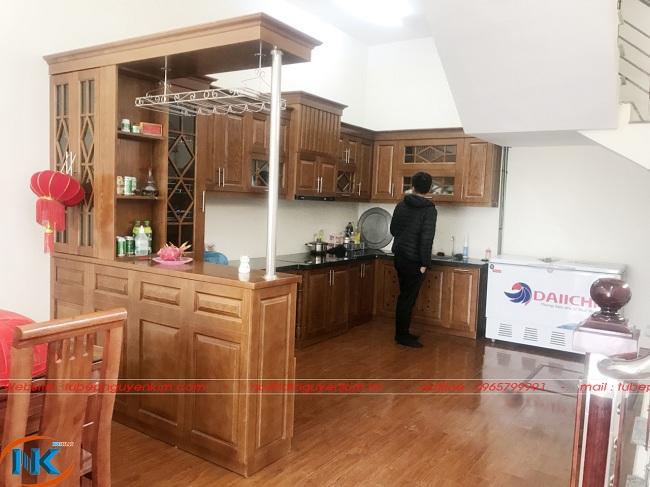 Hình ảnh tủ bếp gỗ sồi nga chữ U nhà anh Kiên sau khi đi vào sử dụng
