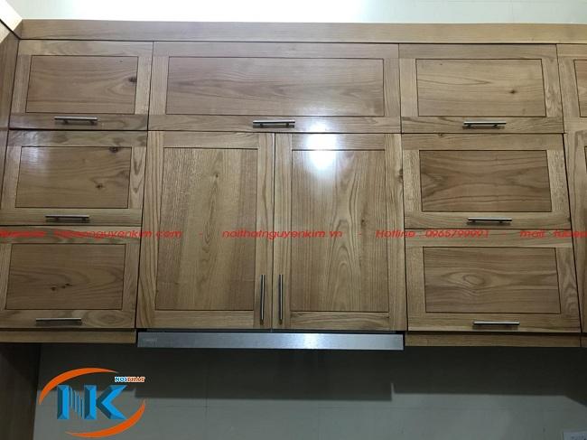 Góc chụp cận cảnh phần tủ bếp trên gỗ sồi mỹ nhà cô Yên. Vân gỗ mộc mạc, tự nhiên là điểm cuốn hút, tạo nên vẻ đẹp riêng biệt của gỗ sồi mỹ