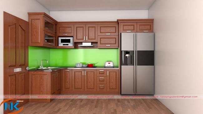 Bộ tủ bếp chữ L có cả khoang chứa tủ lạnh tiện nghi, hiện đại pha chút truyền thống của màu cánh gián đậm