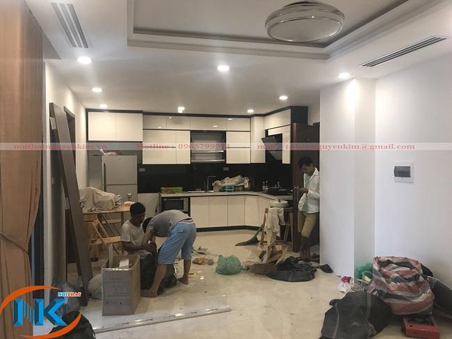 Hình ảnh thi công tủ bếp gỗ acrylic chữ L kịch trần nhà chị Hoa chung cư Five star Kim Giang