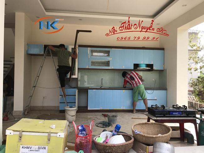 Nội thất Nguyễn Kim đang thi công tủ bếp gỗ acrylic màu trắng chữ I tại nhà anh Vinh