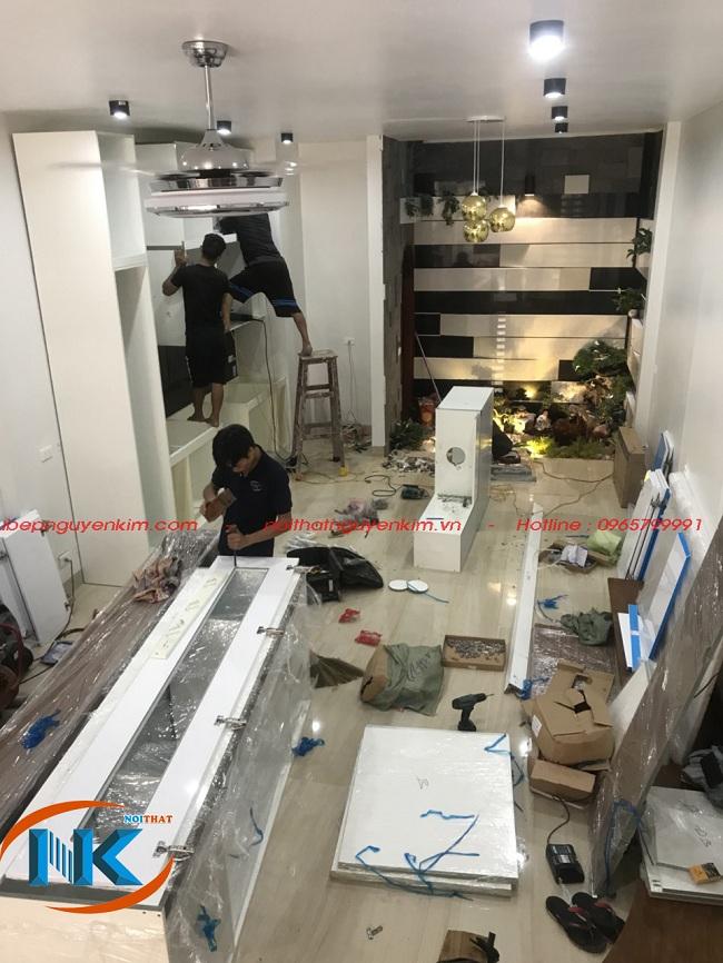 Quá trình lắp đặt tủ bếp gỗ acrylic được thực hiện bởi đội ngũ thợ chuyên nghiệp của xưởng sản xuất của Nguyễn Kim