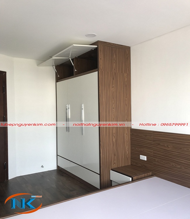 Tủ áo với phần cánh màu trắng và phần tủ bên trong màu vân gỗ khá sang trọng