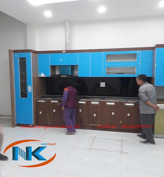 Tủ bếp nhà cô Bích chung cư An Bình City phối hợp giữa acrylic cho tủ bếp trê và laminate cho phần tủ bếp dưới