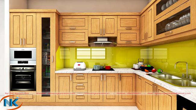 Tủ bếp gỗ sồi nga thiết kế chữ L hiện đại kết hợp phụ kiện nhà bếp thông minh. Kính ốp bếp màu vàng chanh góp phần tăng vẻ sang trọng lại dễ dàng vệ sinh
