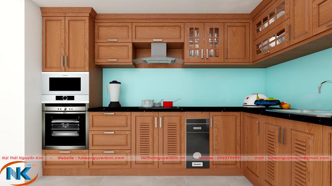 Mẫu tủ bếp gỗ xoan đào chữ L với điểm nhấn hài hòa của kính ốp bếp màu xanh da trời. Đường nét tủ bếp được thiết kế đơn giản, khỏe khoắn