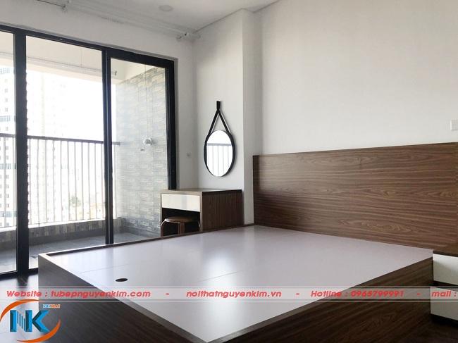 Giường ngủ gỗ Melamine màu vân gỗ hài hòa với không gian chung của phòng ngủ