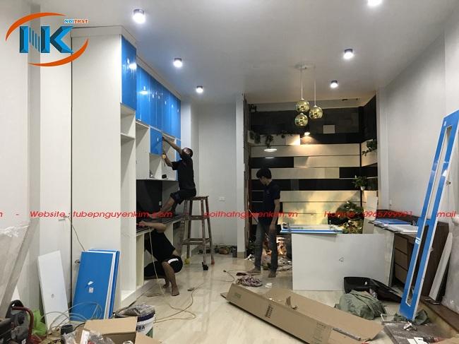 Thi công tủ bếp acrylic bởi đội ngũ kỹ thuật xưởng sản xuất của Nội thất Nguyễn Kim