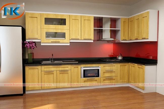 Màu đỏ kính ốp bếp cho gia chủ mệnh Hỏa trên tủ bếp gỗ sồi nga tự nhiên