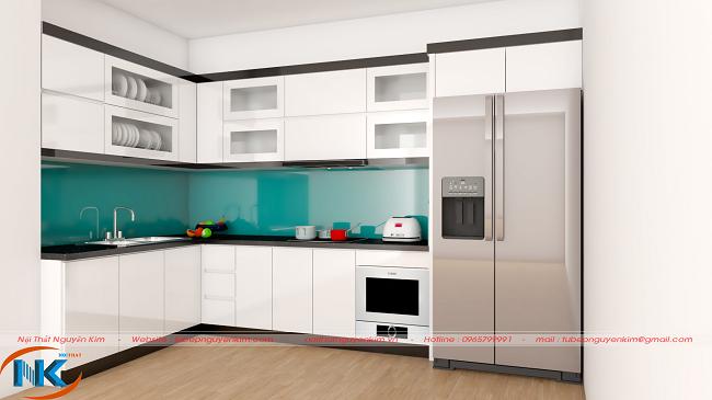Chỉ với điểm nhấn kính ốp bếp màu xanh nước biển làm nổi bật vẻ đẹp tinh tế của mẫu tủ bếp chung cư màu trắng