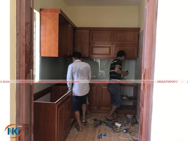 Nguyễn Kim đang thi công tủ bếp gỗ xoan đào tại nhà anh Hoàng, La Khê, Hà Đông