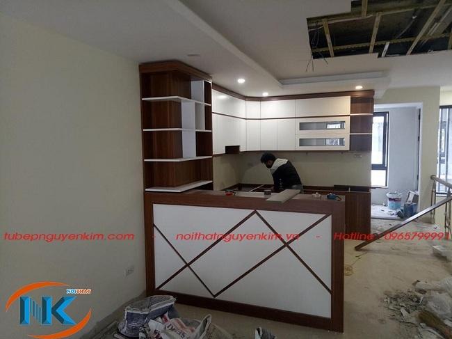 Tủ bếp laminate chữ U có quầy bar, Nguyễn Kim thi công nhà chú Tuấn, Ngọc Thụy, Gia Lâm