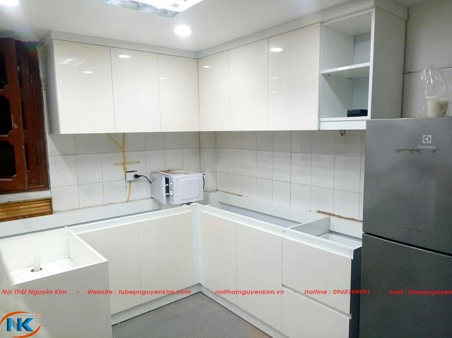 Tủ bếp laminate màu trắng nhà chị Hà sau khi đã hoàn thiện xong