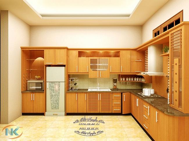 Thiết kế tủ bếp chữ L sang trọng, bắt mắt với màu vàng đậm thoang thoảng hương thơm của gỗ dổi