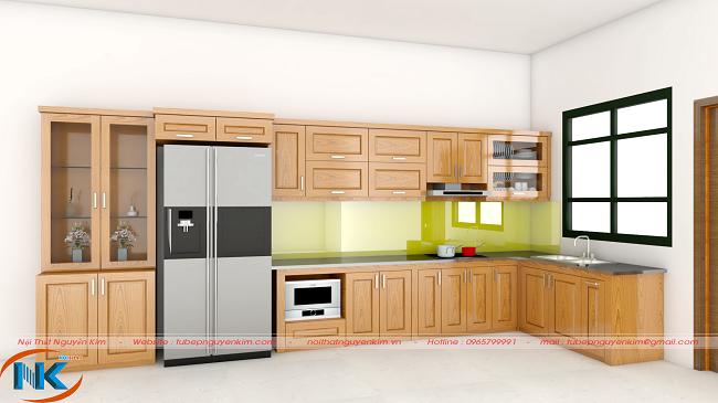 Tủ bếp chữ L gỗ sồi nga đặc trưng màu vàng tươi. Không gian bếp như mở rộng, thoáng mát hơn khi tận dụng cửa sổ đặt chậu rửa bát rất hợp lý
