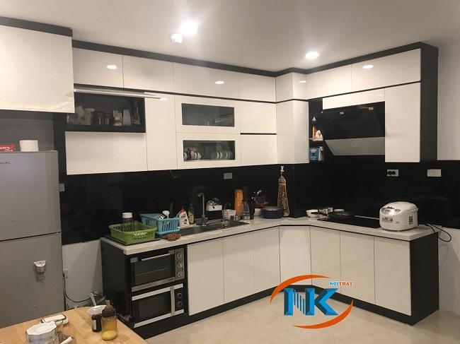 Tủ bếp nhà chị Tuyết sau khi bàn giao. Sự kết hợp màu đen trắng nổi bật vẻ sang trọng, hiện đại cho bộ tủ bếp