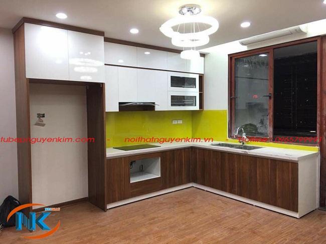 Tủ bếp chữ L kết hơp giữa acrylic cho tủ bếp trên và laminate tủ bếp dưới sử dụng cốt gỗ MDF lõi xanh tại nhà Cô Quế, Quan Hoa, cầu Giấy