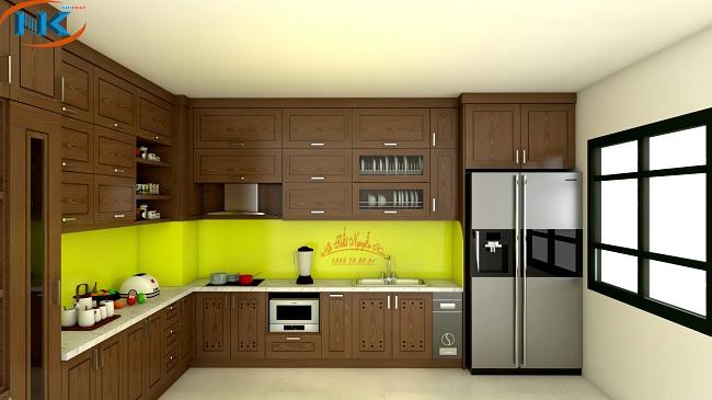 Màu hạt dẻ cho tủ bếp gỗ sồi nga chữ L kịch trần sang trọng nổi bật với kính ốp bếp vàng chanh khá bắt mắt