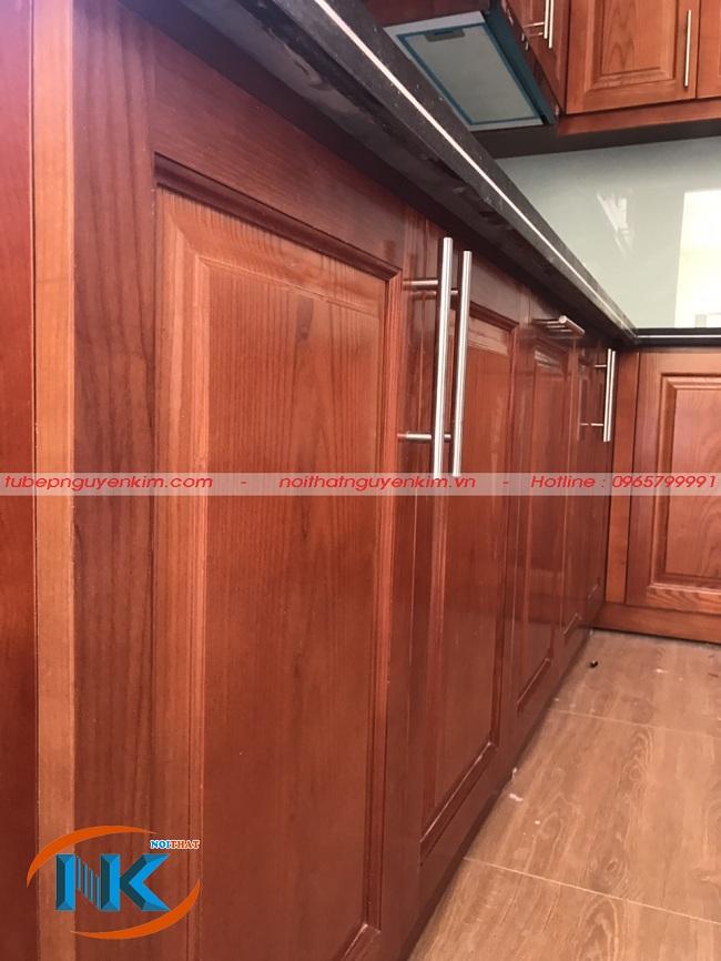 Tủ bếp dưới khi nhìn gần rất bắt mắt với màu cánh gián đậm mang vẻ đẹp truyền thống