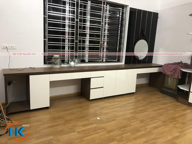 Góc trang điểm kết hợp bàn làm việc và tủ để đồ khá tiện và gọn gàng, ngăn nắp cho phòng ngủ bố mẹ