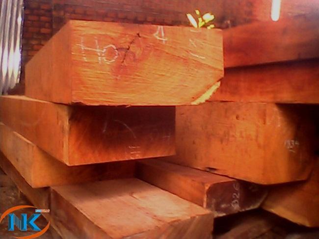 Gỗ giáng hương đã sơ chế thành các khối gỗ trước khi sản xuất đồ nội thất