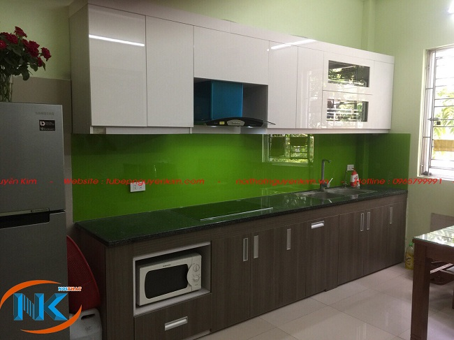 Tủ bếp acrylic kết hợp màu trắng và vân gỗ nhà chị Quỳnh, Hoài Đức, Hà Nội